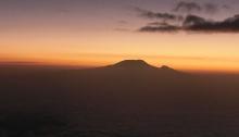 Wenige Momente später: Sonnenaufgang hinter dem Kilimanjaro, über einem Meer aus Wolken, fotografiert vom Gipfel des Mount Meru, Tanzania