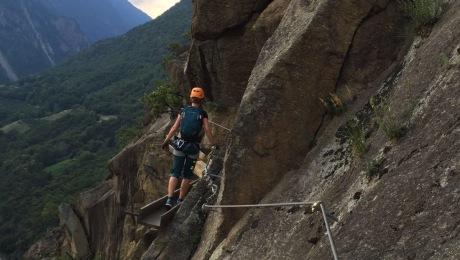 Die alten Verankerungen des Wasserwaals und die nachgebaute Holzrinne sind willkommene Kletterhilfen am Hoachwool, Südtirol